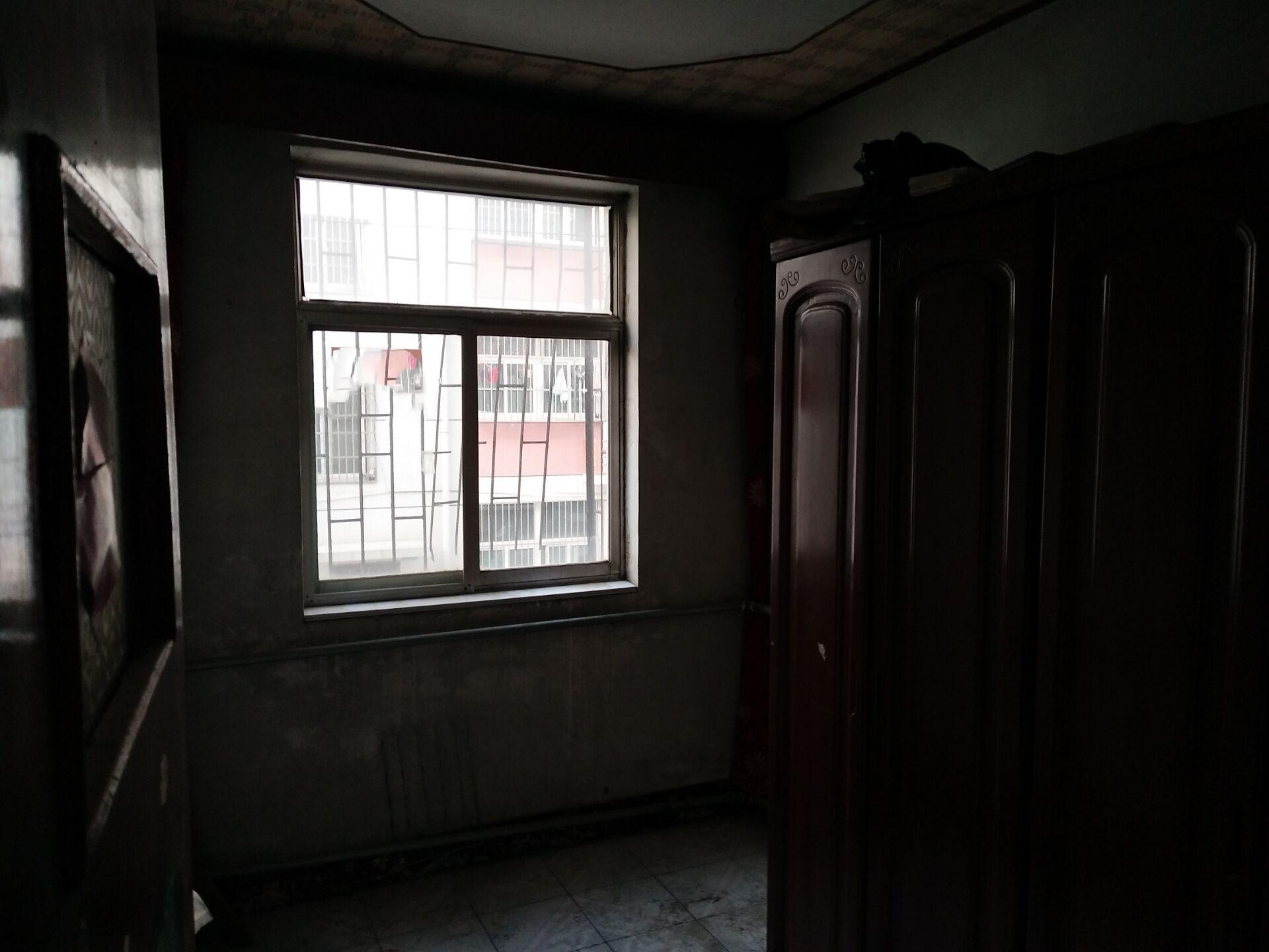 商贸公司家属院三室一厅带壁挂炉